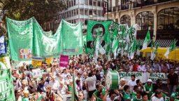 Multitudinaria marcha en Plaza de Mayo contra los despidos